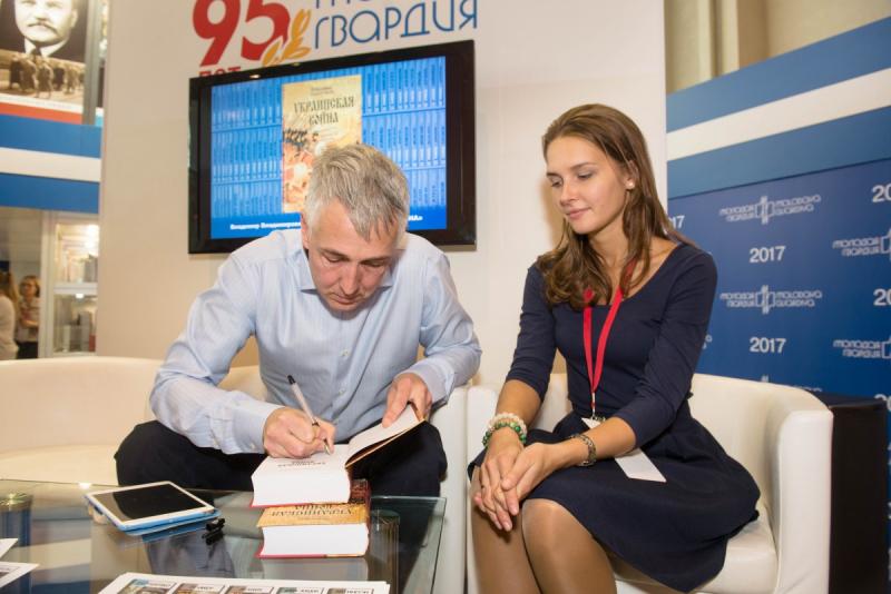 Владимир Широгоров раздает автографы