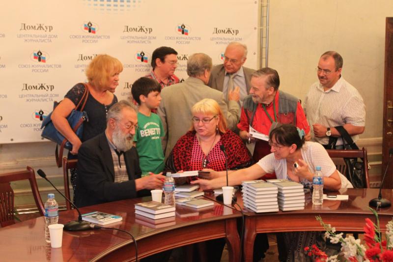 Артур Николаевич Чилингаров подписывает книгу