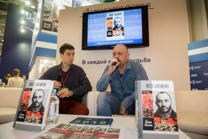 Евгений Матонин (справа) на прензентации своей новой книги