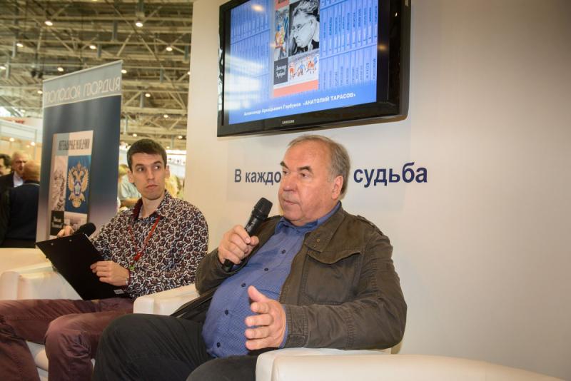 Александр Горбунов (справа) на презентации своей книги