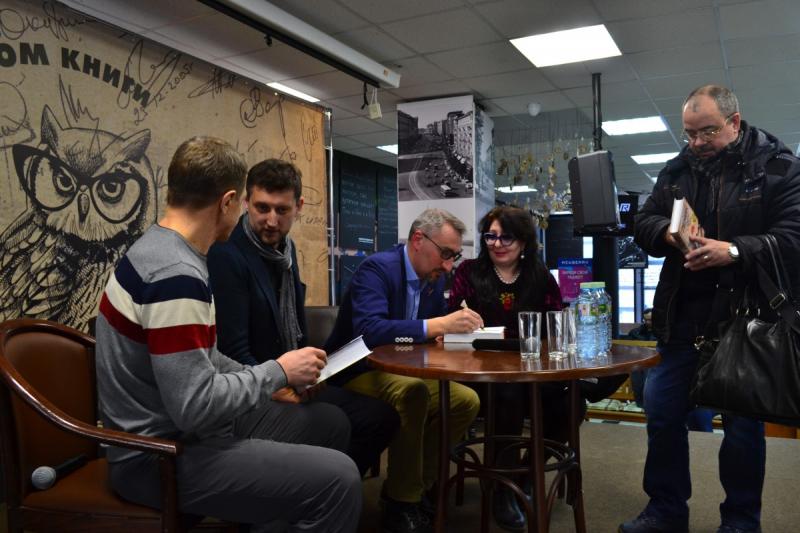 Лев Данилкин и Александр Васькин раздают автографы