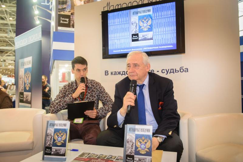 Николай Долгополов (справа) на презентации своей книги