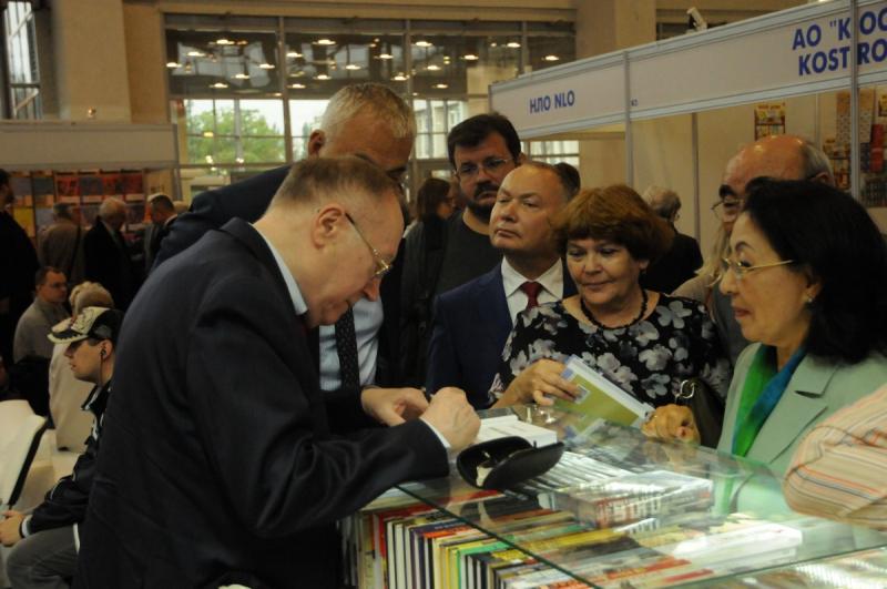 Евгений Петрович Бажанов раздает автографы
