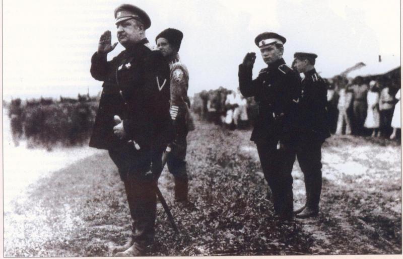 Прототипы главных героев фильма «Адъютант его превосходительства» (1970): командующий Добровольческой армией генерал В. З. Май-Маевский (первый слева) и его адъютант капитан Павел Макаров (второй справа). 1919 год