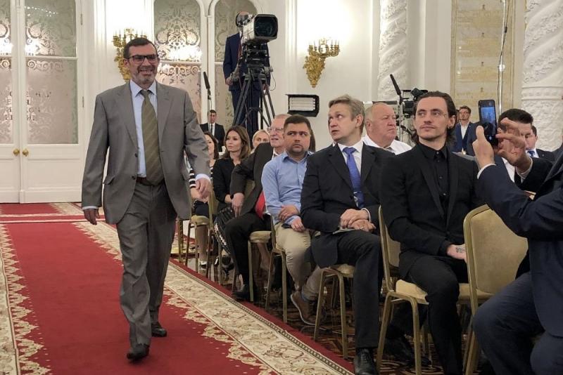 Путин вручил госпремию обозревателю