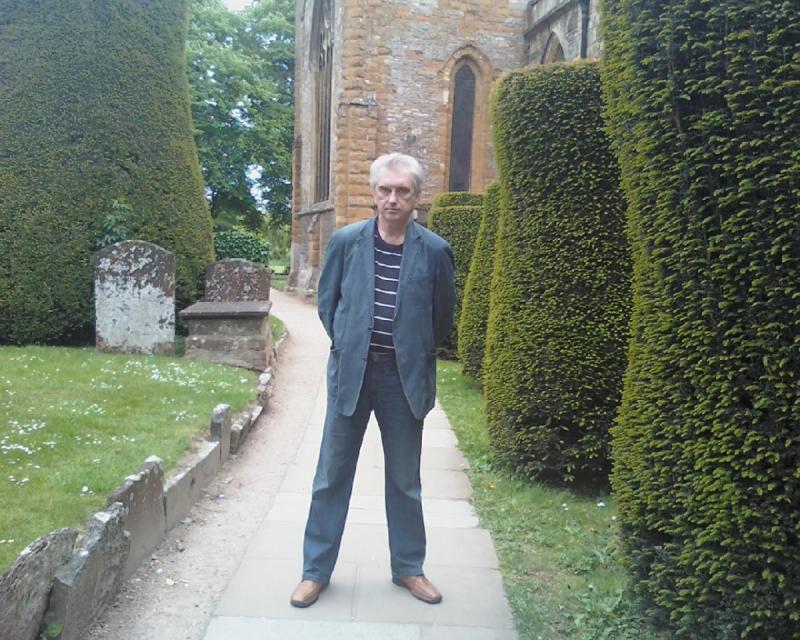 В саду возле церкви Святой Троицы в Стрэтфорде-на-Эйвоне, где был крещен и погребен Шекспир