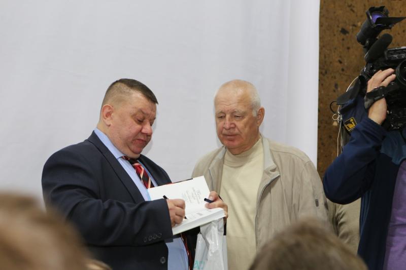 Максим Макарычев раздает автографы