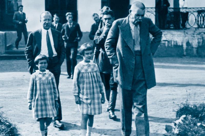 Горький с внучками, секретарем Петром Крючковым и «свитой» в 1930-е годы