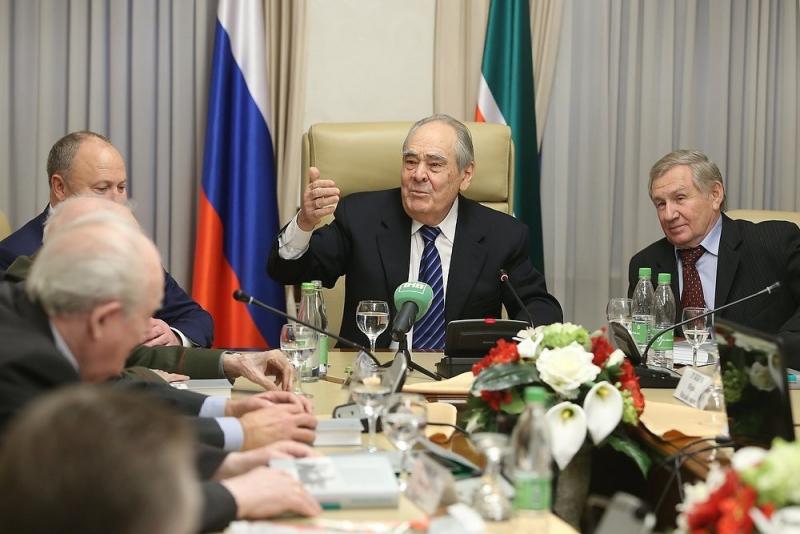 Минтимер Шаймиев и генеральный директор АО «Молодая гвардия» Валентин Юркин (справа)