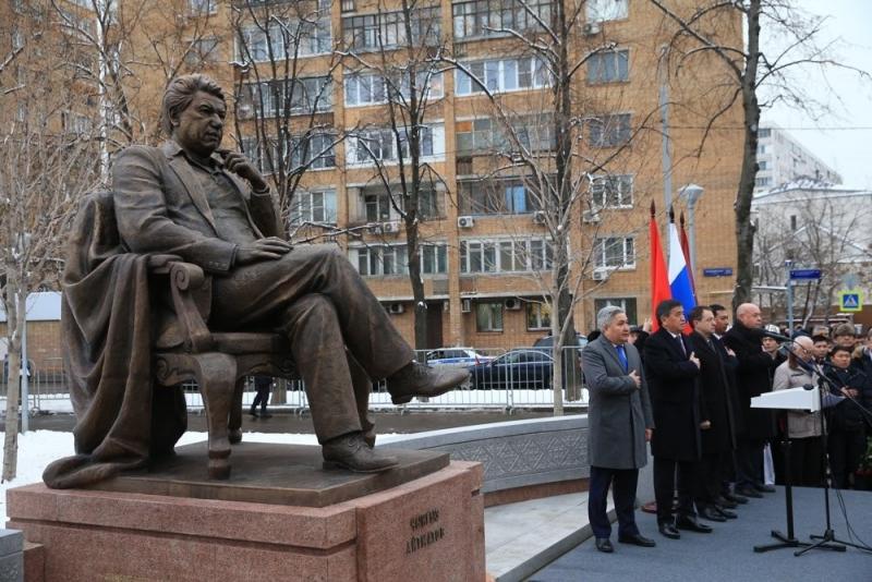 Президент Киргизии и мэр Москвы открыли памятник Чингизу Айтматову