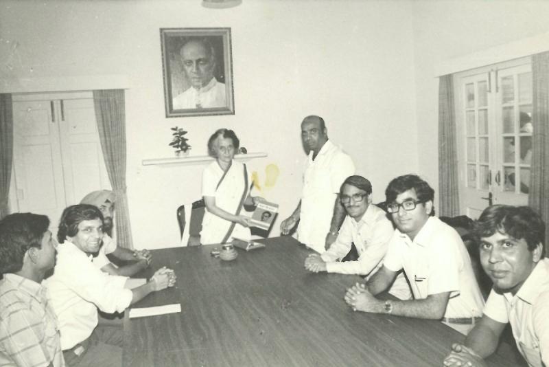 Индира Ганди с книгой Александра Сенкевича о поэте Хариваншрае Баччане