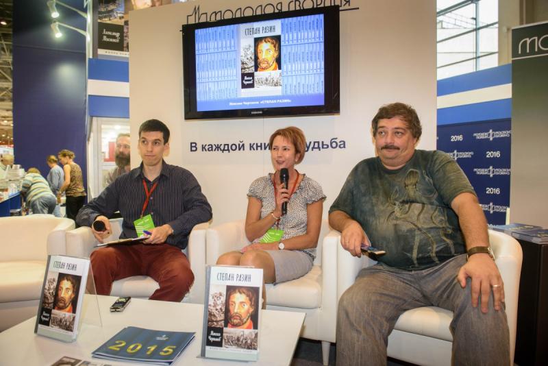 Максим Чертанов (в центре) на презентации своей новой книги
