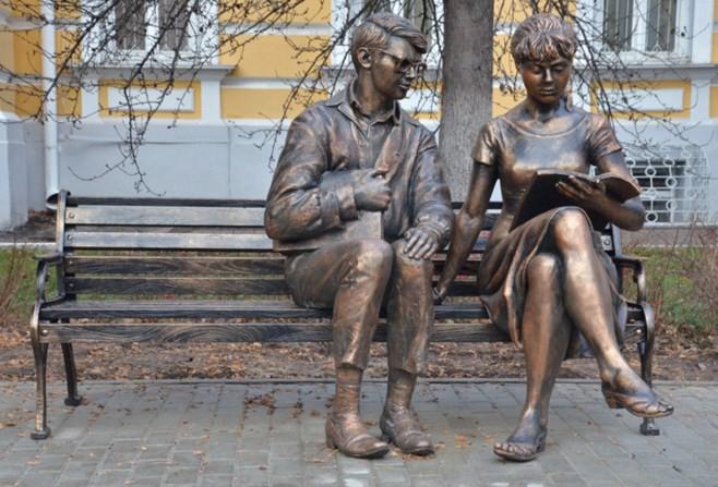 Памятник Шурику и Лиде на территории Рязанского государственного университета им. С. А. Есенина