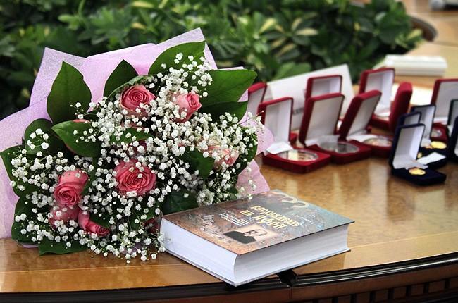 Генеральный директор ОАО «Молодая гвардия» Валентин Юркин и книги «Нурсултан Назарбаев» и «Легендарные разведчики» удостоены премии