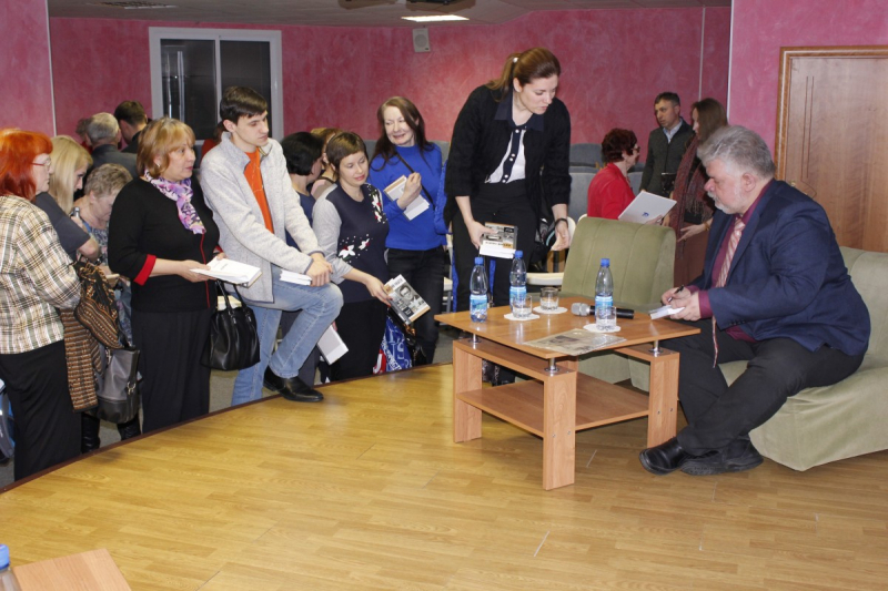Владислав Толстов раздает автографы