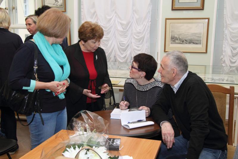 Каждый автограф – это и продолжение разговора с читателем. Фото Ирины Макаренко