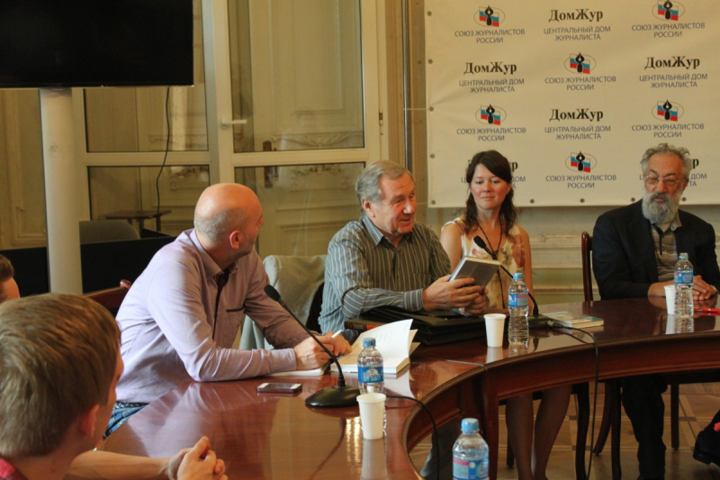 Генеральный директор ОАО «Молодая гвардия» Валентин Юркин (в центре) рассказывает о своем прочтении биографии Артура Чилингарова