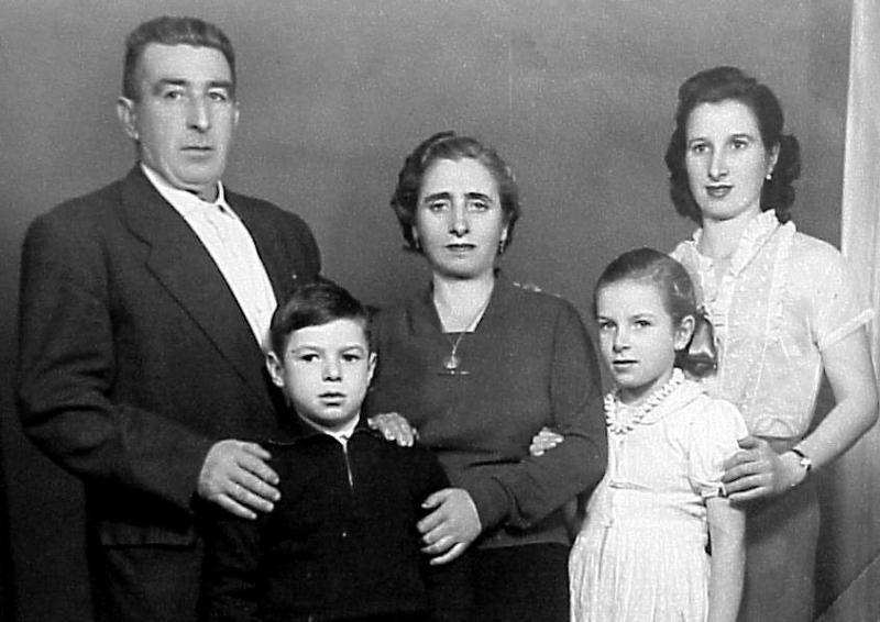 Семья Валерия Харламова. Отец Борис, мать Бегония и сестра Татьяна (вторая справа). Фотография Анатолия Бочинина