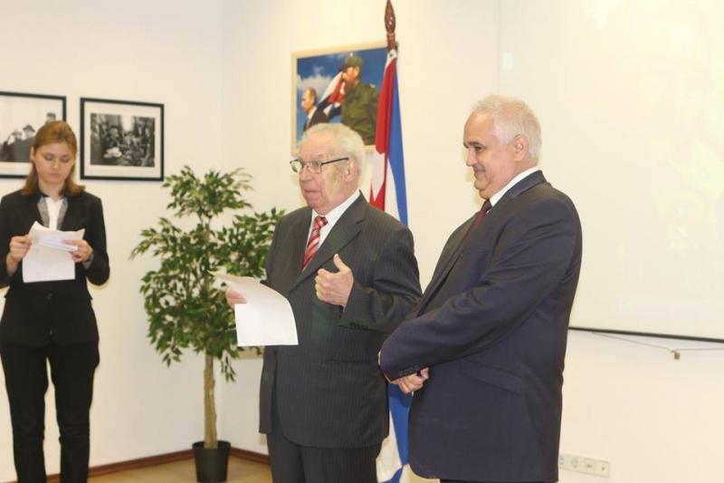 Николай Леонов на вручении кубинской «Премии читателя» в посольстве Республики Куба в Москве. Справа – чрезвычайный и полномочный посол Эмилио Лосада Гарсия. 17 мая 2017 года