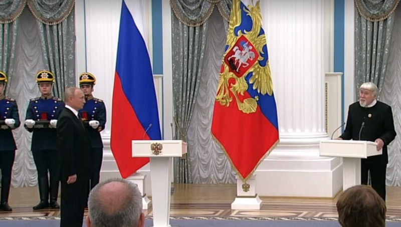 Валентин Курбатов выступает с ответной речью, после вручения ему награды. (фото mk-pskov.ru)