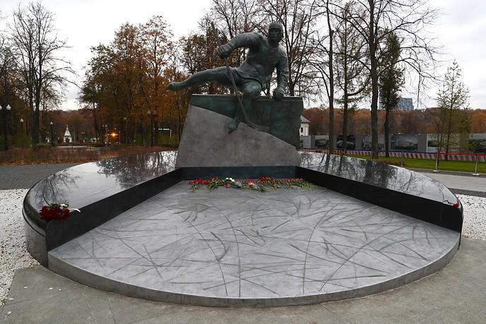 Открыт памятник Валерию Харламову