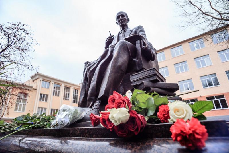 Памятник Михаилу Бахтину в Саранске