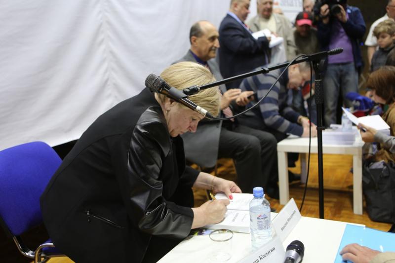 Татьяна Харламова раздает автографы