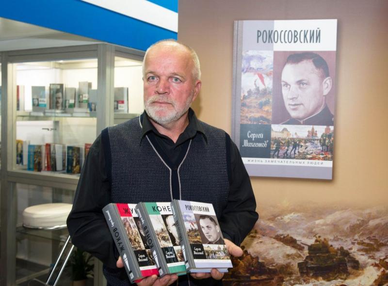 Генеральный директор ОАО «Молодая гвардия» Валентин Юркин и автор книги «Досье разведчика» Юрий Батурин, чей отец был резидентом советской разведки в Стамбуле