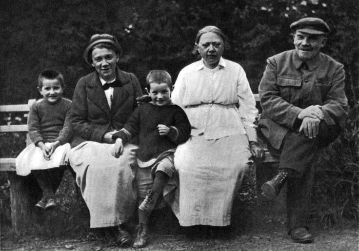 Владимир Ленин и Надежда Крупская с племянником Ленина Виктором и дочерью рабочего Верой в Горках. 1922 год