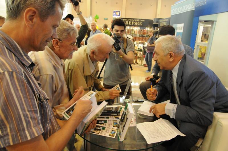 Шапи Казиев раздает автографы