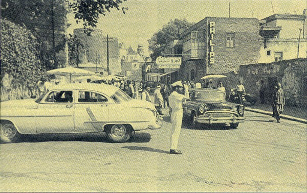 Сцена, снятая в Баку. Улица Асефа Зейналлы, на заднем плане слева видна Девичья башня. На стене одного из домов (справа) — надпись «Philips» для создания атмосферы заграничного города