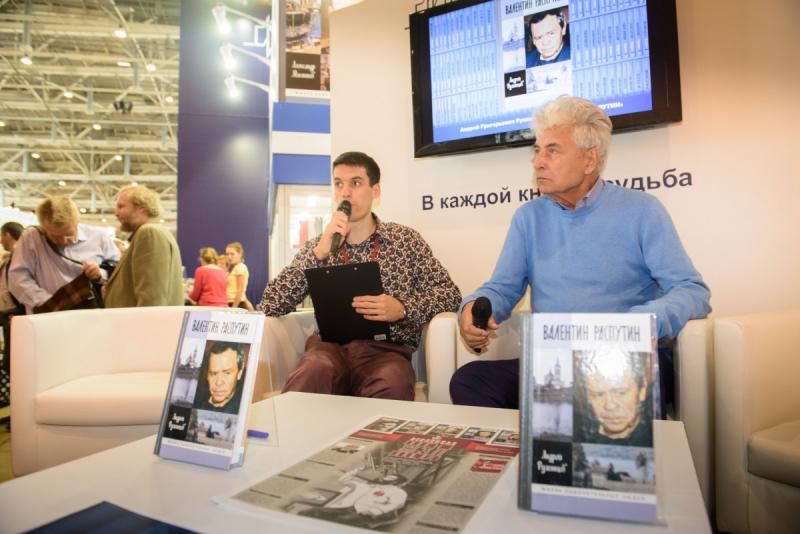 Андрей Румянцев (справа) на презентации своей книги