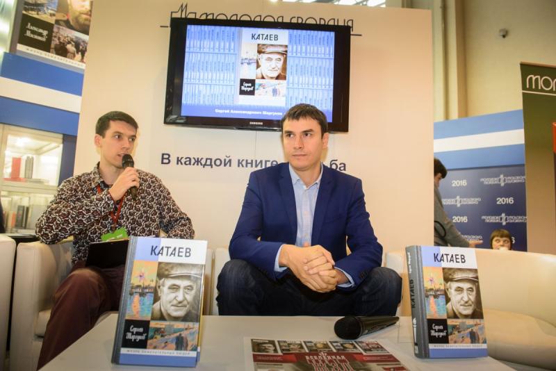 Сергей Шаргунов (справа) представляет свою новую книгу