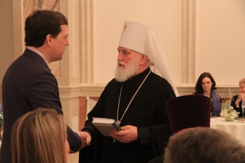 Автор вручает книгу Патриаршему Экзарху всея Беларуси митрополиту Минскому и Заславскому Павлу
