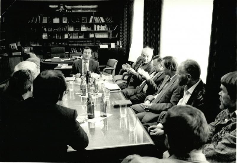 Весь цвет русской литературы в кабинете директора «Молодой гвардии»