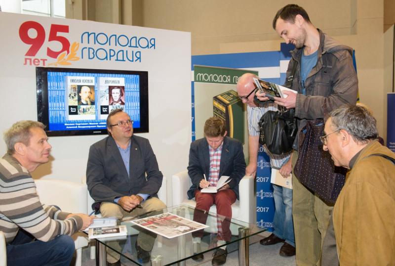 Михаил Макеев и Алексей Вдовин раздают автографы