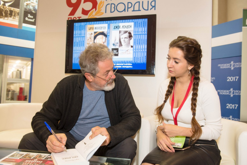 Андрей Танасейчук раздает автографы