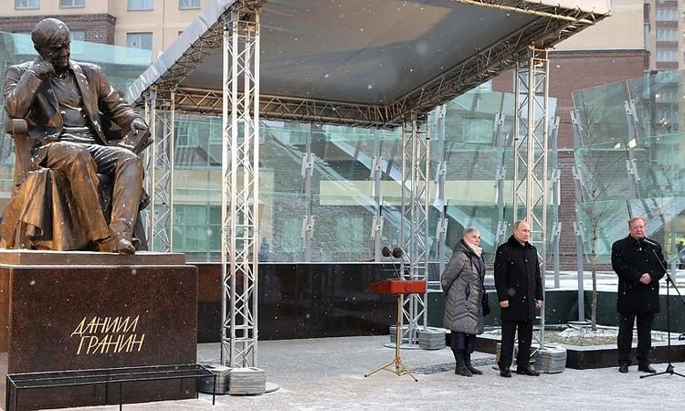 Президент России Владимир Путин открыл памятник Даниилу Гранину