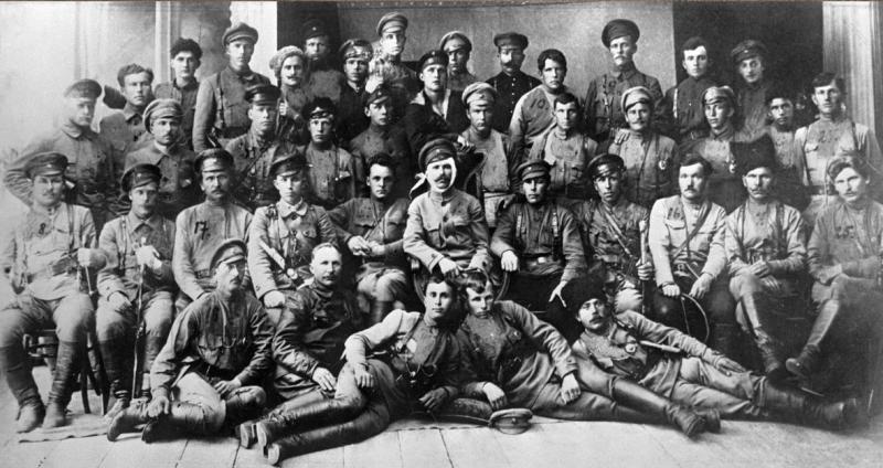 Д. Фурманов и В. Чапаев с бойцами и командирами дивизии после боев за Уфу. Июнь 1919 года