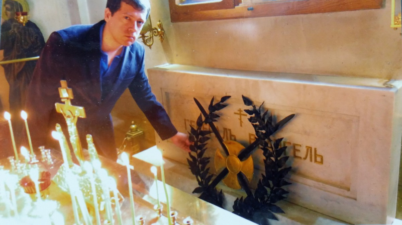 Вячеслав Бондаренко у могилы П. Н. Врангеля. Белград, храм Святой Троицы