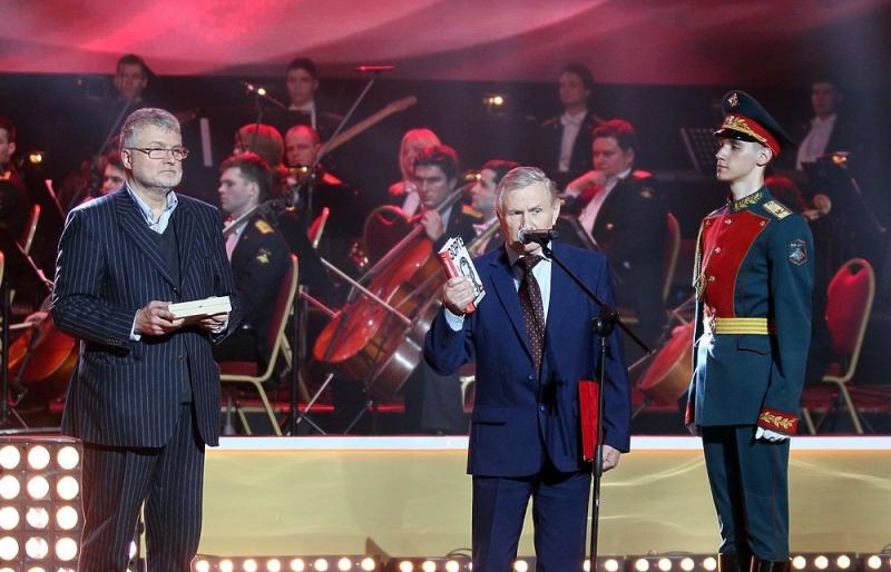 Генеральный директор АО «Молодая гвардия» Валентин Юркин с книгой Александра Куланова «Зорге. Неудобный»