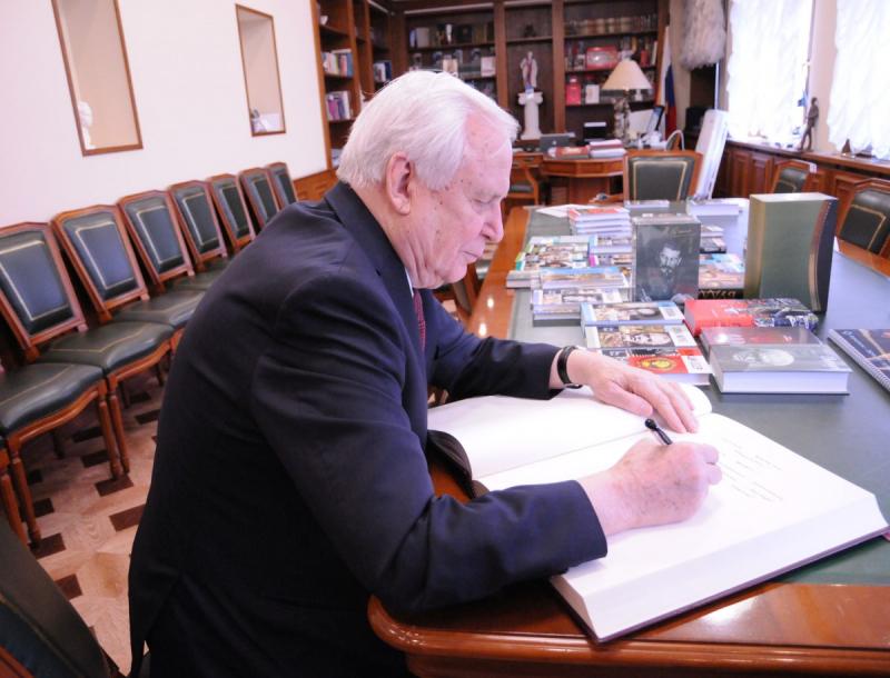 Николай Рыжков оставляет запись в молодогвардейской Книге почетных гостей