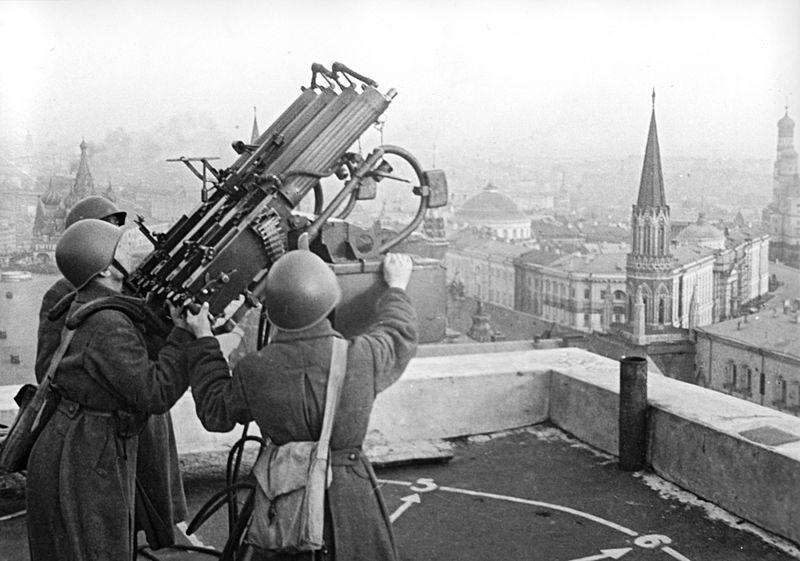 Советские зенитчики на крыше гостиницы «Москва». На заднем плане виден замаскированный Кремль