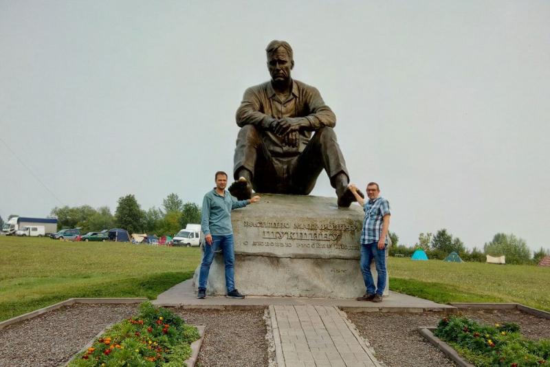 Василий Авченко и Павел Басинский у памятника Шукшину в Сростках./фото из архива В.Авченко