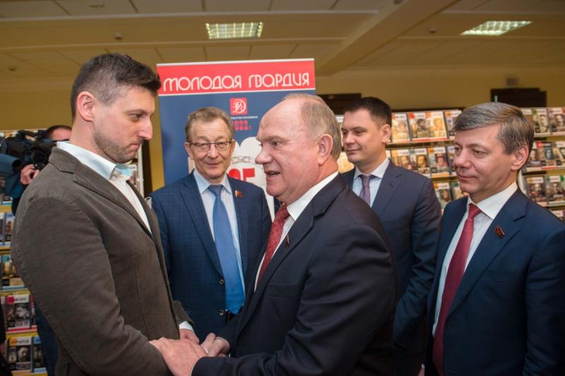 Геннадий Зюганов поздравляет Льва Данилкина с выходом его книги «Ленин»
