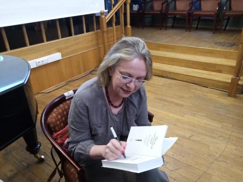 Елена Черникова представила свою книгу «Олег Ефремов»
