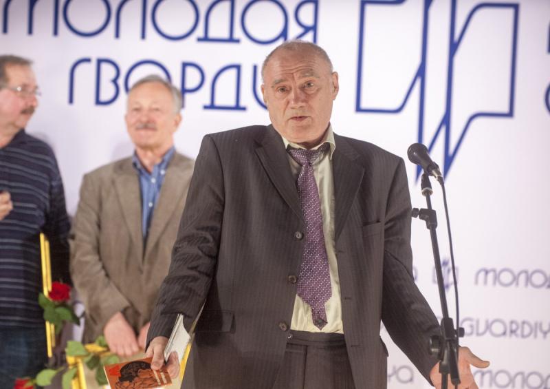 Игорь Цыбульский на юбилее издательства. В руках — его первая молодогвардейская книга «Первая очередь»