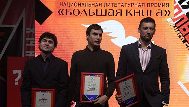 Сергей Шаргунов (в центре), Лев Данилкин (справа). Фотография Евгения Одинокова (РИА Новости)