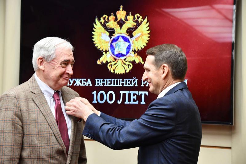Директор СВР России С.Е. Нарышкин вручает Премию Николая Долгополову. Фото Пресс-бюро СВР России
