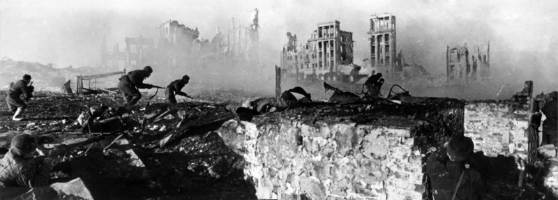 Советские солдаты штурмуют дом в Сталинграде, февраль 1943 года